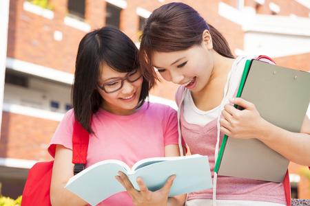alumno estudiando: dos estudiantes discuten la tarea con alegr�a