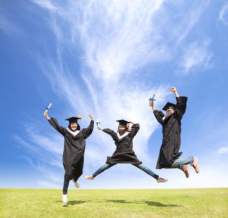 Los estudiantes universitarios celebran su graduación y feliz salto