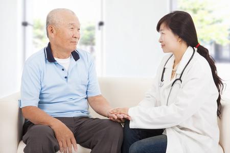 health healthcare: Doctor amigable cuidar hombre mayor sala interior