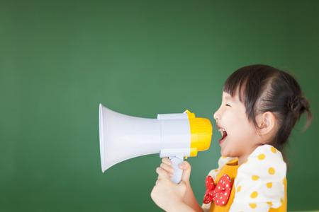 gelukkig kind schreeuwt iets in de megafoon