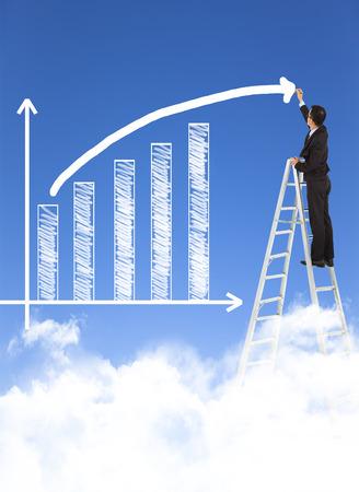 Homme d'affaires écrit croissance barre graphique avec fond de ciel Banque d'images - 26902113