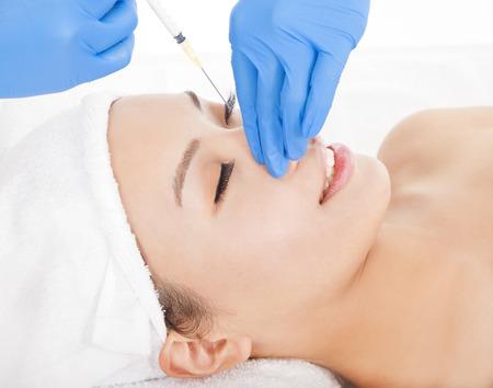 nasen: Frau tut Sch�nheitsoperationen Injektionen