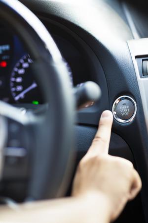 motor coche: Dedo que presiona el botón de arranque y parada del motor