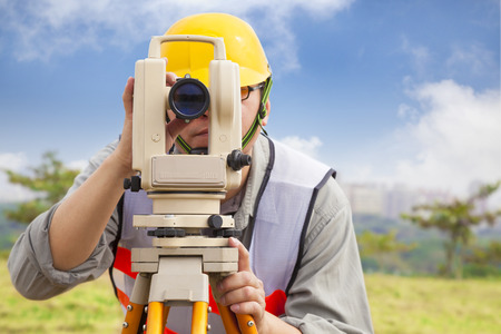 surveyor: Ingeniero topógrafo haciendo medida en aire libre Foto de archivo