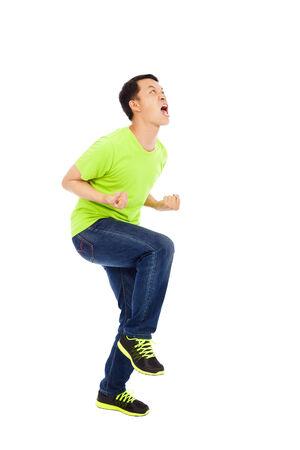 expresion corporal: El hombre joven se excita a gritar