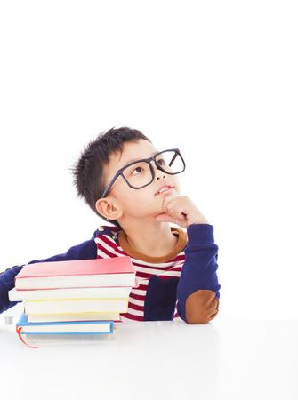 concept: Aziatische kleine jongen denken tijdens de voorbereiding van huiswerk
