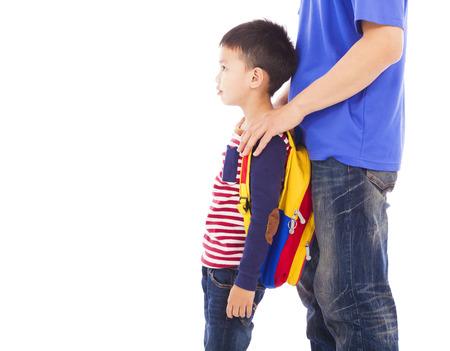 niños saliendo de la escuela: padre tome niño para ir a la escuela