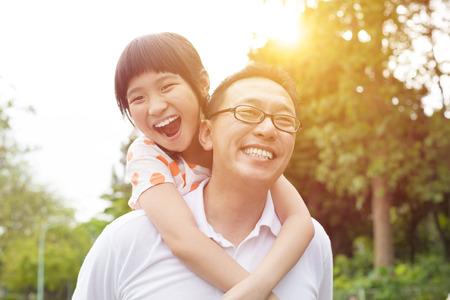어린 소녀: 행복한 아버지와 어린 소녀