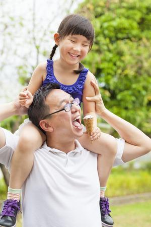 eating ice cream: felice bambina di mangiare il gelato con il padre