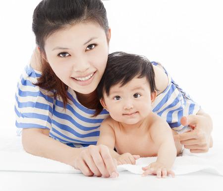 Heureuse mère avec l'enfant adorable petit garçon Banque d'images