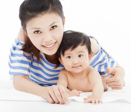 mama e hijo: Madre feliz con el bebé adorable niño niño Foto de archivo