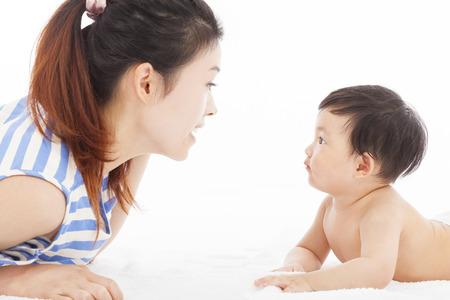 Erkek bebek ile konuşurken Mutlu anne Stok Fotoğraf