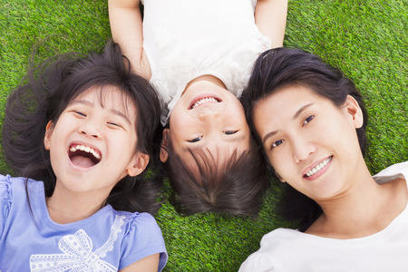 deitado: mãe feliz com as meninas
