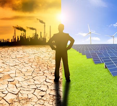 Verschmutzung und saubere Energie-Konzept. Geschäftsmann beobachten Windmühlen Sonnenkollektoren und Raffinerie mit Luftverschmutzung