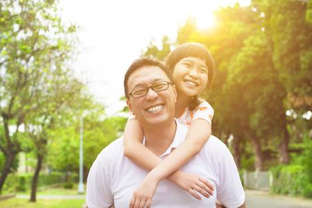 Gelukkig vader en meisje met zonsondergang achtergrond Stockfoto