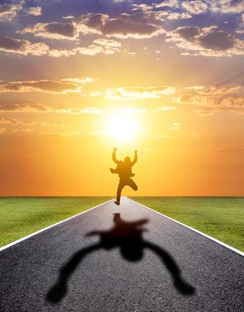 business man loopt gelukkig succesvolle weg met zonsondergang