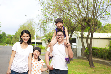 senderismo: La familia feliz ir de excursi�n