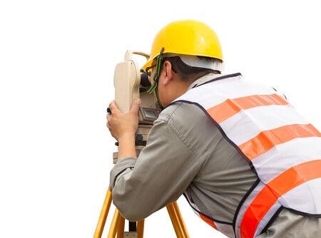 teodolito: primer plano de medición de ingeniero topógrafo haciendo