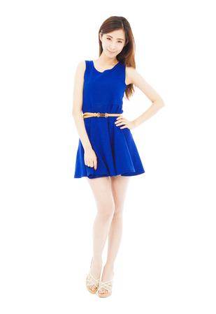 mujer cuerpo completo: chica de moda de pie y de la mano en la cintura. aislado en blanco
