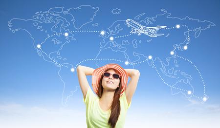 zonnig vrouw backpacker denken haar reizen wereldwijd plan