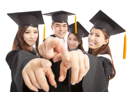 幸せなグループの大学院学生同じ方向を指す