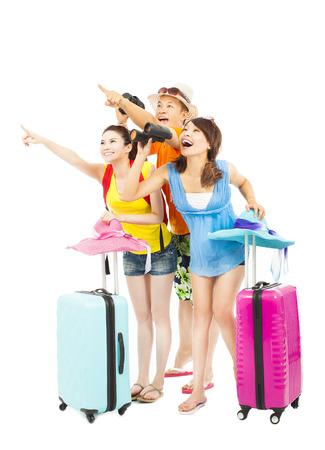 maleta: mochileros feliz jóvenes levantan las manos para señalar la dirección
