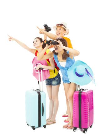 gelukkig jonge backpackers verhogen handen te de richting wijzen