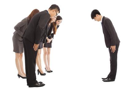 personas saludandose: gente de negocios y jefe con el arco y la raspadura