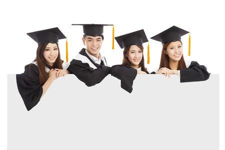 graduacion de universidad: alegres estudiantes graduados jóvenes levantan las manos