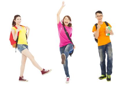 mujeres de espalda: estudiantes felices escuchando m�sica y saltar