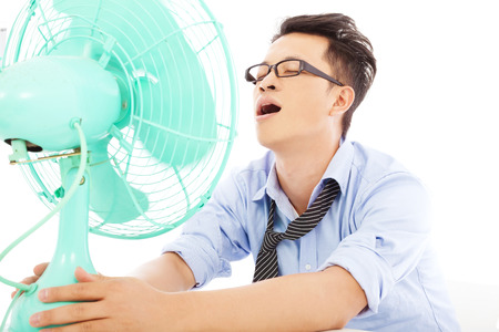 zakenman lijdt een hete zomerse hitte met fans Stockfoto