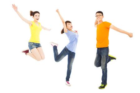 danza: jóvenes felices bailando y saltando