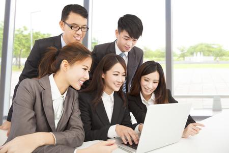 사무실에서 근무하는 행복 아시아 비즈니스 팀