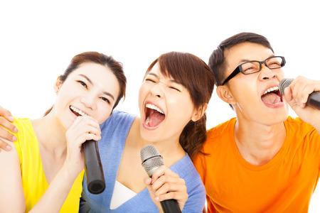 glücklich asiatische junge Gruppe, die Spaß mit Karaoke Singen
