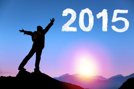 gl�cklich mann: Frohes neues Jahr 2015.happy junge Mann, der auf dem Gipfel des Berges Lizenzfreie Bilder