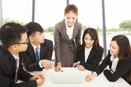 business smile: gerente femenina Business Briefing a todos los colegas en la oficina