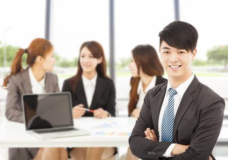 business asia: business manager di sesso maschile con le squadre in ufficio