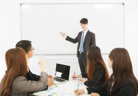 L'homme d'affaires de faire une présentation au bureau