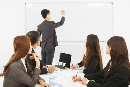 ufficio aziendale: Gli uomini d'affari si stanno allenando presso l'ufficio