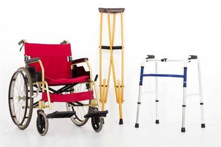 fisioterapia: Silla de ruedas, muletas y ayudas de movilidad. aislado en fondo blanco Foto de archivo
