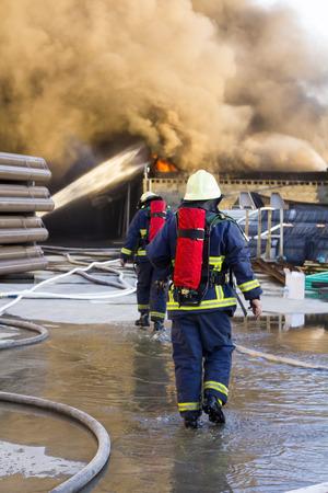 fogatas: bomberos apoyan ir luchar contra el fuego planta Foto de archivo