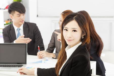 사무실에서 팀과 비즈니스 여성 관리자