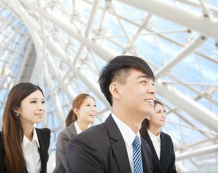empleados trabajando: joven empresario y de negocios de pie en la oficina moderna