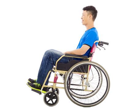 innate: speranzoso giovane uomo seduto su una sedia a rotelle in studio