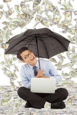 uomo sotto la pioggia: felice l'uomo d'affari seduta sul pavimento con noi pioggia di dollari