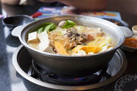 japanische und asiatische Küche. Hot Pot auf den Hintergrund