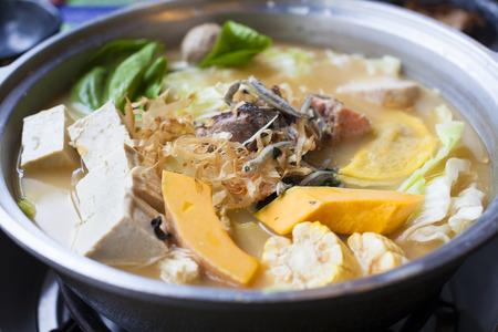caliente: cocina japonesa y asiática. olla caliente en el fondo Foto de archivo