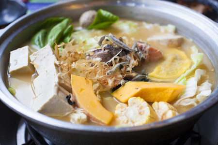 cuisine japonaise et asiatique. hot pot sur fond