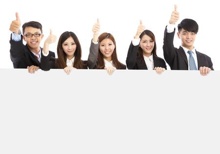 erfolgreiche frau: asiatische junge Gesch�ftsleute, die wei�e Tafel und Daumen nach oben auf wei�em Hintergrund Lizenzfreie Bilder
