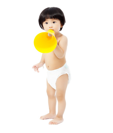 かわいい赤ちゃんの女の子立って、メガホンを保持しています。白い背景で隔離